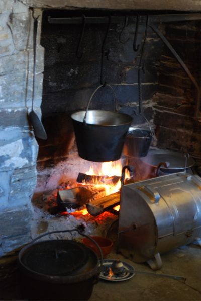Dutch oven, 2 pots and reflector