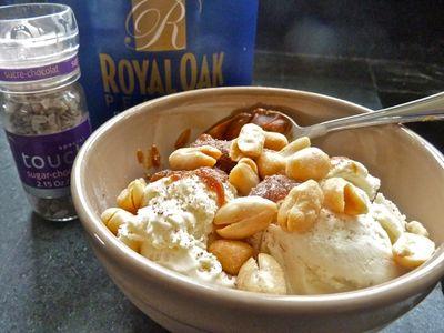 Vanilla ice cream with peanuts and cajeta